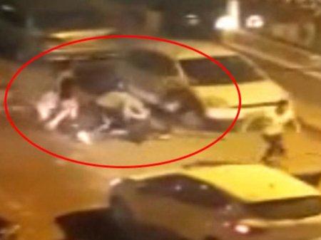 Translar gecə yarısı yoldan keçən 3 nəfərə hücum etdilər: dava kameraya düşdü - VİDEO