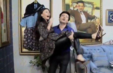 Sərxan efirdə Ayseli qucağına aldı VİDEO