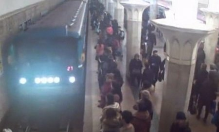 Bakı metrosu yenə qarışdı — Vaqonlar boşaldıldı - SƏBƏB