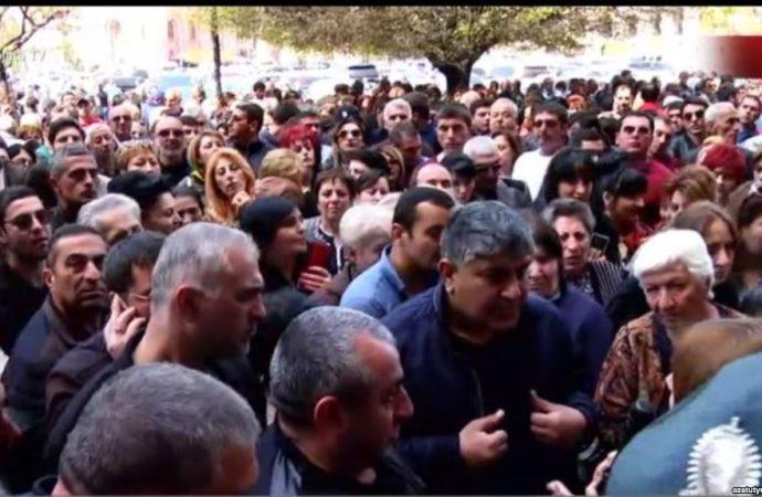 Ermənistanda sular durulmur : İrəvanda atışma, ölən və yaralananlar var