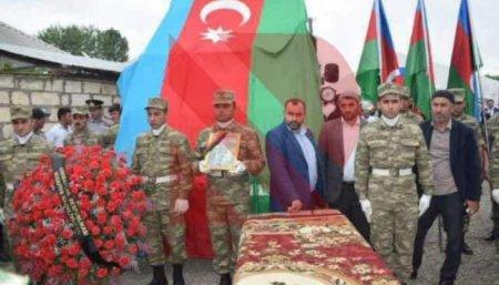 Zakir Həsənov şəhidi medalla təltif etdi