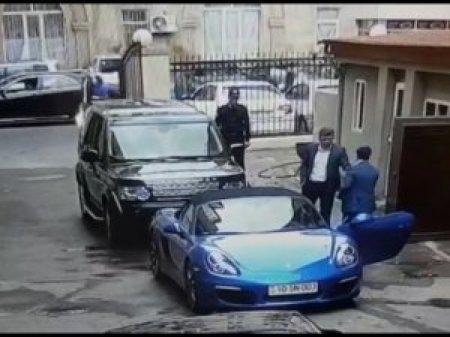 Azərbaycan məmuru 150 min dollarlıq maşında + mühafizə dəstəsi və siciliyalı maneraları