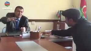 """Azərbaycanlı məmurun rüşvət qalmaqalında görüntüləri̇ yayıldı: """"SƏNİN AĞZINI CIRDIRARAM!"""" - VİDEO"""