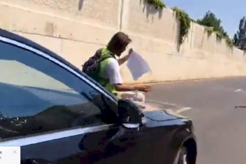 Jurnalist Abid Şərifovun maşınının üstünə çıxdı – Video